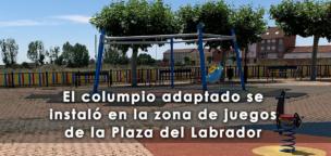 El columpio adaptado se instaló en la zona de juegos de la Plaza del Labrador